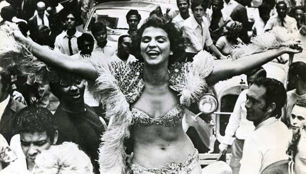 Leila Diniz, madrinha e musa do Bloco, em desfile da Banda de Ipanema nos anos 1960 ©Divulgação