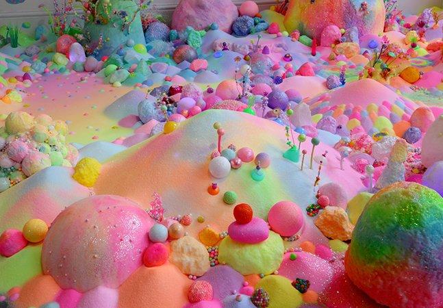 Artista usa açúcar, glitter e muitas cores para criar obras que vão te fazer sentir em um sonho