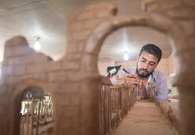 Refugiados sírios recriam monumentos destruídos em seu país com incríveis miniaturas