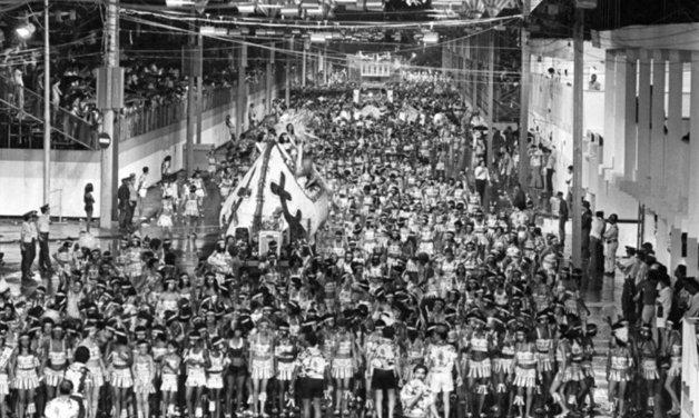 A Av. Rio Branco enfim tomada pelo desfile do Cacique de Ramos, em 1978 ©Divulgação