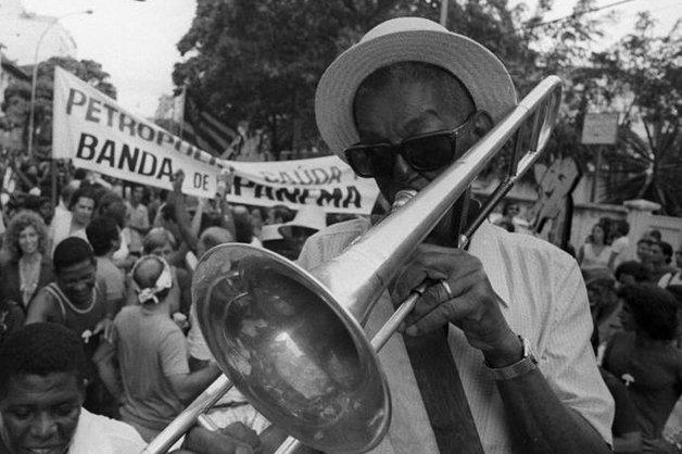Cartola tocando trombone na Banda de Ipanema ©Divulgação