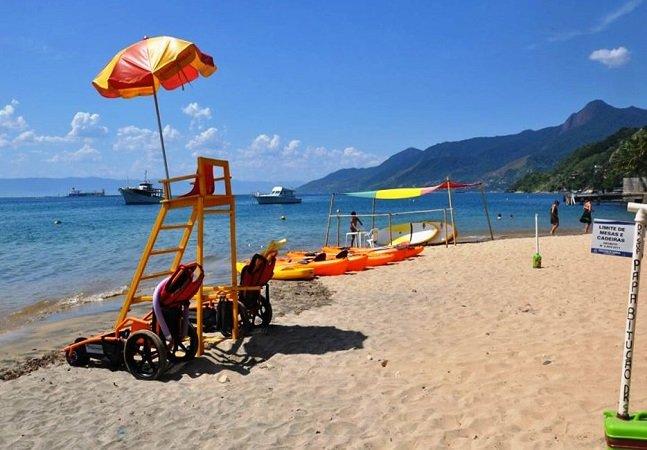 Praias de Ilhabela inovam e recebem deficientes com cadeiras que funcionam na areia e na água