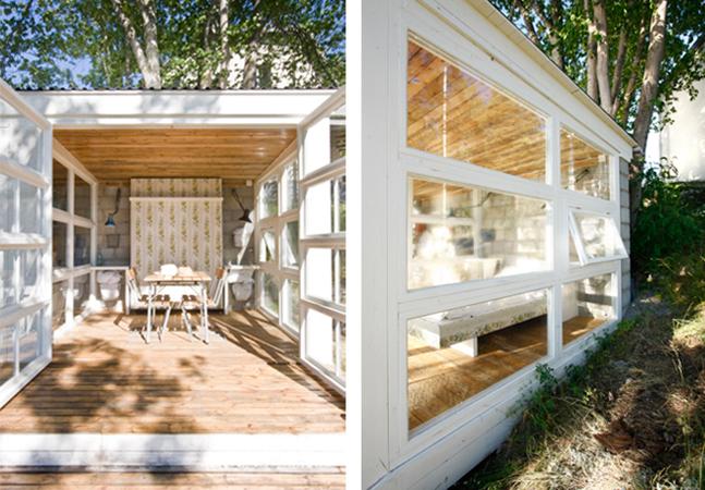 Janelas velhas se transformam  numa linda casa à beira de um lago