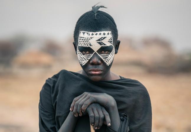 Fotos incríveis revelam como  vivem as isoladas tribos das  savanas da Tanzânia
