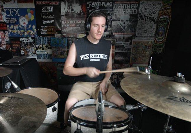 Esse cara consegue  tocar todas as músicas do  Nirvana em 5 minutos; assista