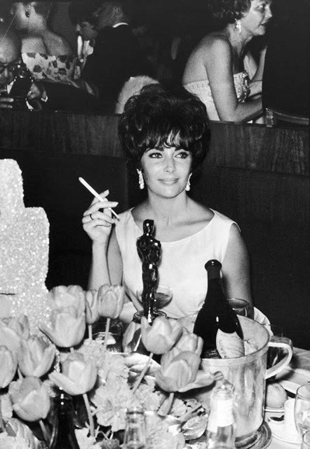 Elizabeth Taylor em uma comemoração após vencer o Oscar de melhor atriz pelo filme Disque Butterfield 8, em 1961