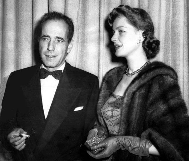 O casal Humphrey Bogart e Lauren Bacall adentrando a cerimônia em 1952. Bogart viria a ganhar o Oscar de melhor ator por Uma Aventura na África