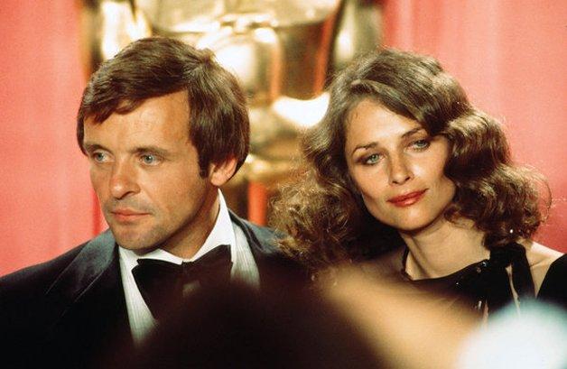 Os jovens e belos Anthony Hopkins e Charlotte Rampling nos bastidores da premiação, em 1976