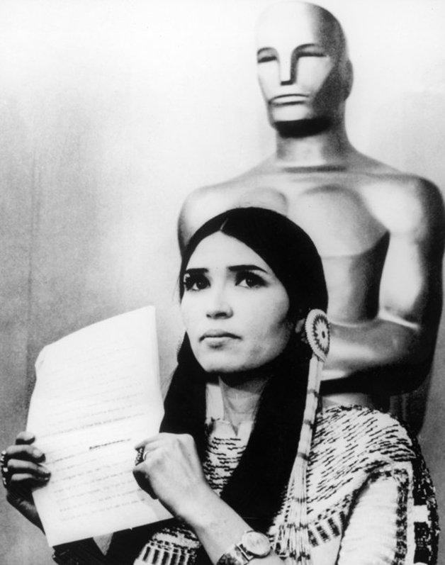 Em 1973, a atriz de origem indígena Sacheen Littlefeather recusou, em nome de Marlon Brando, o prêmio que o ator receberia por O Poderoso Chefão. O motivo foi a maneira como os nativos americanos eram tratados nos filmes