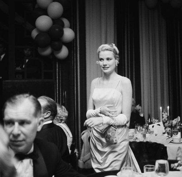 A atriz Grace Kelly, antes de se tornar Princesa de Mônaco, comparecendo à festa em 1955