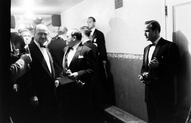 Marlon Brando, acompanhado de sua estatueta de melhor ator pelo filme Sindicato de Ladrões