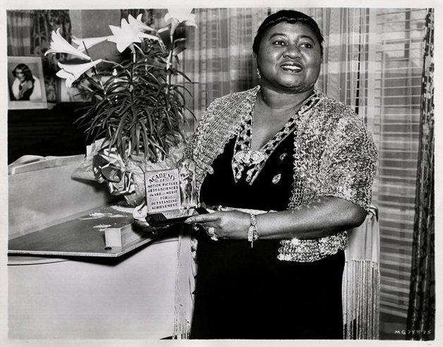 Hattie McDaniel, ao vencer o Oscar de melhor atriz coadjuvante em 1940 pelo filme …E o Vento Levou, tornou-se a primeira atriz afro-americana a ganhar um prêmio da academia