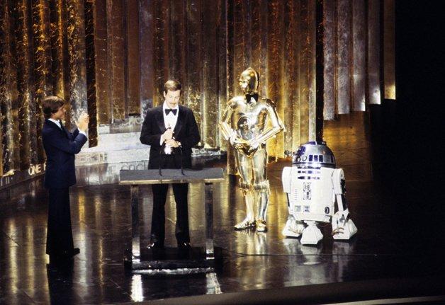C3PO (de gravata borboleta!), R2D2 e Mark Hammil com o engenheiro de som Benjamin Burtt Jr. no Oscar de 1978