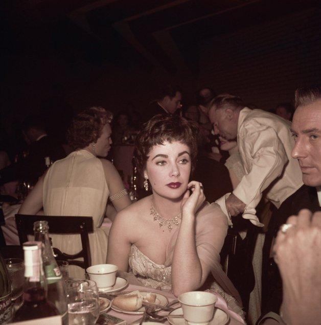 Elizabeth Taylor, um tanto desanimada, na 26a edição do Oscar, em 1954