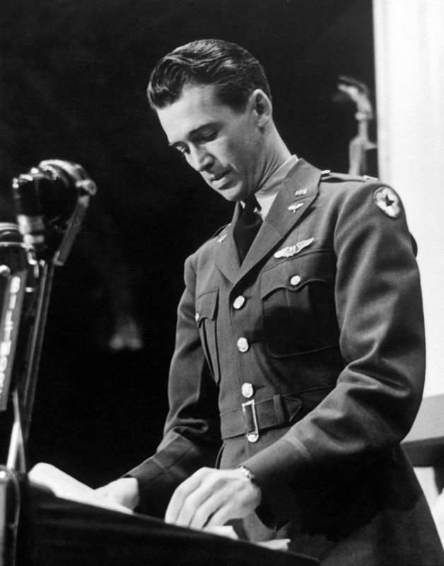 O ator Jimmy Stewart apresentando a premiação em 1942, enquanto ainda servia ao exército americano