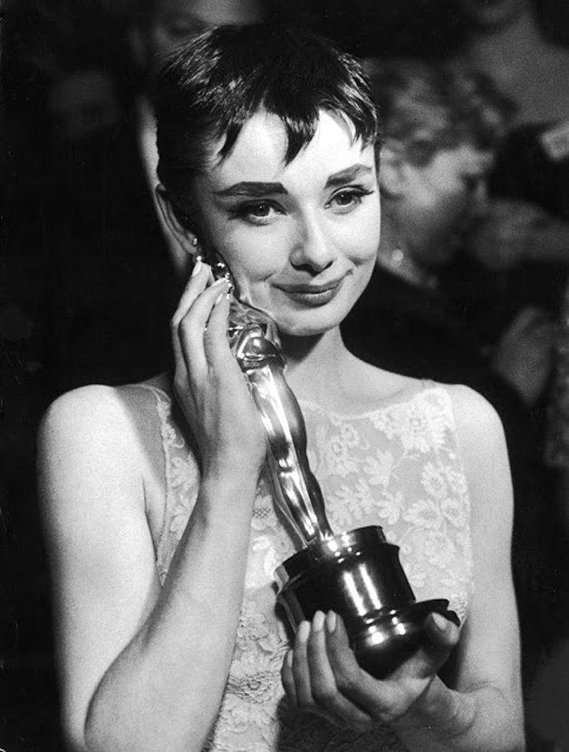 Audrey Hepburn emocionada com o Oscar que venceu pelo filme A Princesa e o Plebeu, em 1954