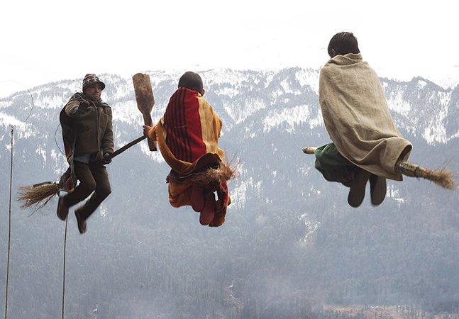 Professor cumpre o sonho de seus alunos de uma vila nos Himalaias de jogar quadribol
