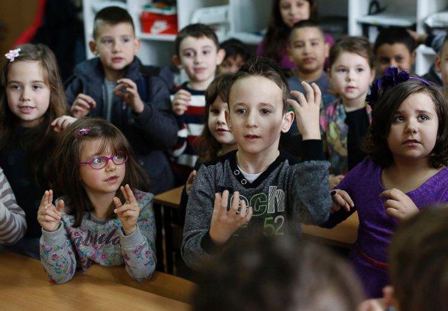 Crianças da 1ª série aprendem língua de sinais para se comunicar com colega de classe