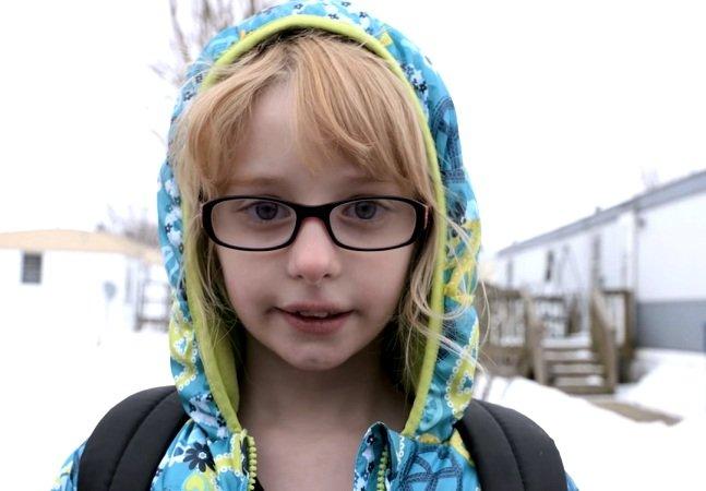 Ela sofreu bullying por usar óculos,  mas não se intimidou e ganhou  apoio 'viral' na internet