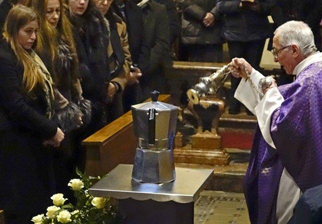 Dono da patente da famosa  'cafeteira italiana' morre e suas cinzas  são colocadas numa moka gigante