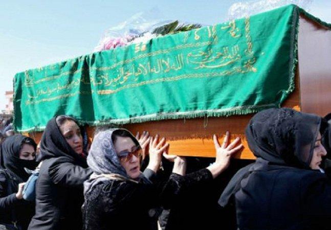 Ativistas afegãs rompem  com tradição e carregam caixão  de mulher morta em linchamento