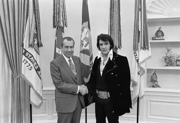 Elvis Presley e o presidente americano Richard Nixon, em 1970. Retrato tirado pelo fotografo oficial da Casa Branca