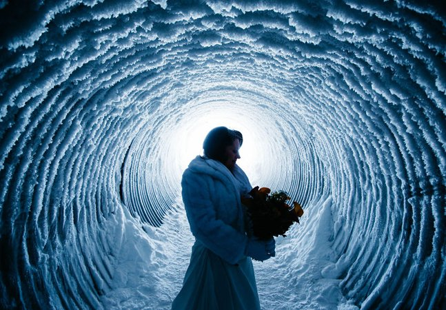 Eles decidiram se casar no meio  de uma geleira e registraram  tudo em fotografias