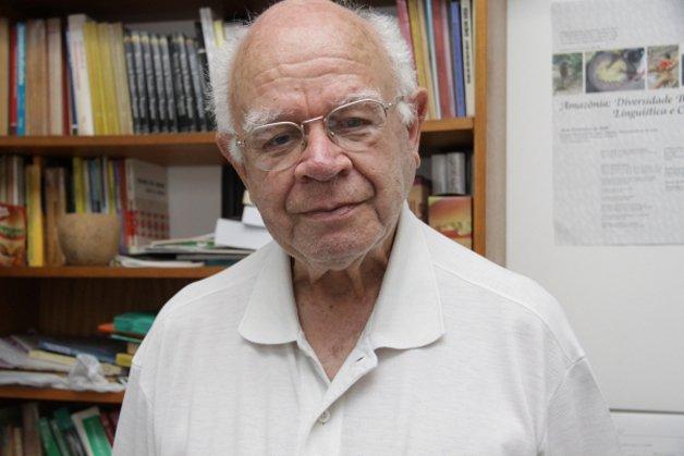 O professor Aryon Rodrigues