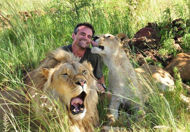'Encantador de leões' ressurge  em novas fotos para  divulgar ameaça de extinção