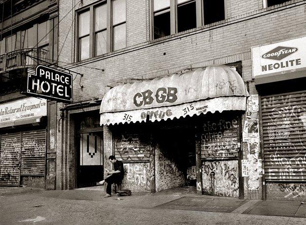 O CBGB, em Nova Iorque, espécie de meca do Punk, onde grande parte das bandas seminais do movimento se apresentou, no final dos anos 1970
