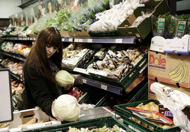 Dinamarca inaugura primeiro mercado  de produtos vencidos para evitar  desperdício; e já é um sucesso