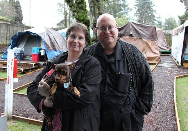 Esse casal decidiu abrir o coração  e as portas e acolher moradores  de rua no quintal de casa