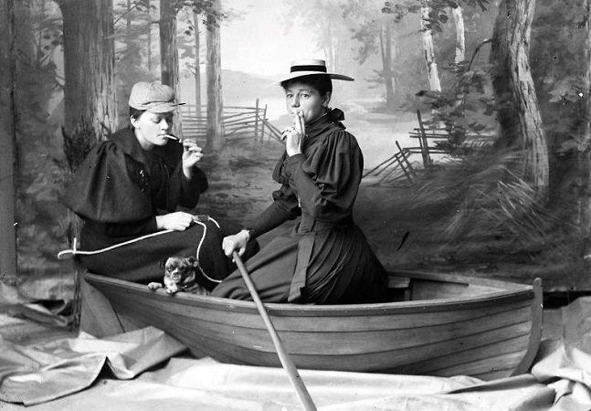 Caixa secreta com fotografias de  mais de 100 anos revela ensaios que  questionam a identidade de gênero