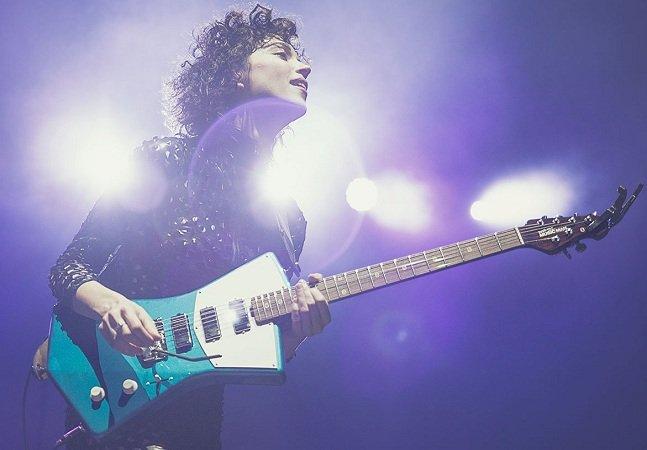 St. Vincent cria guitarra  especialmente pensada para se  adaptar ao corpo das mulheres