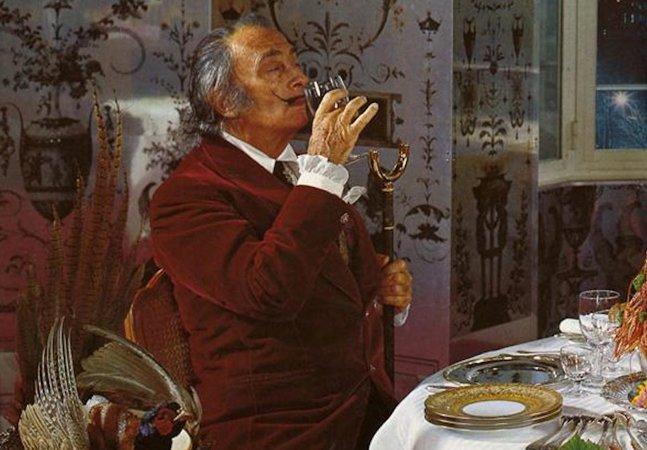 Conheça algumas receitas do  surreal livro culinário de Salvador Dalí