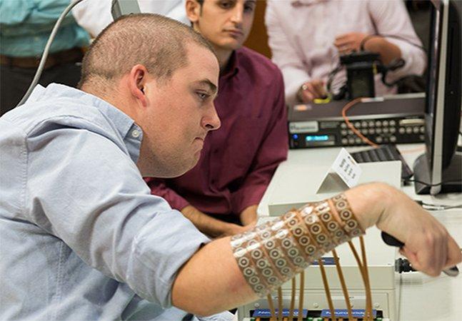 Pela primeira vez, jovem com paralisia consegue mexer as mãos graças a microchip inovador