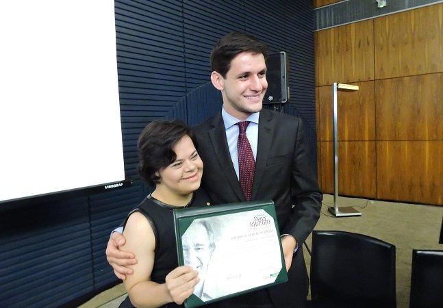 Primeira professora brasileira com Down ganha prêmio de educação