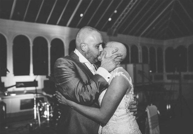 Noiva raspa cabelo no dia do casamento para homenagear o noivo com câncer terminal