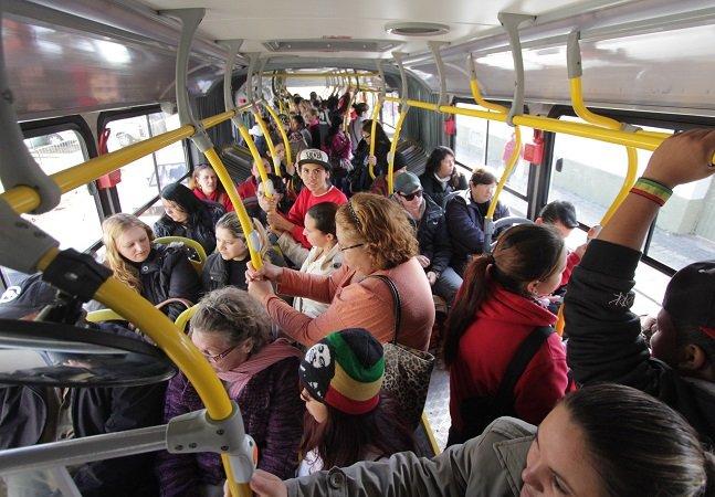 Motorista de ônibus faz parada  em frente à delegacia para  ajudar mulher que sofreu assédio