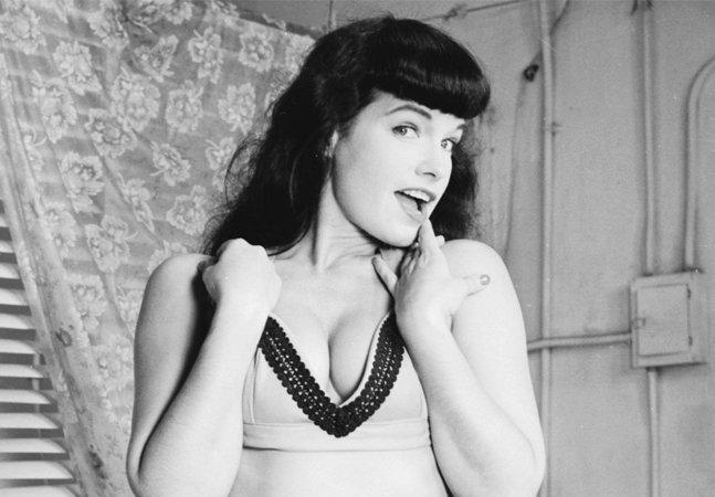 A sensualidade e estilo de Bettie Page, lendária pin-up dos anos 1950