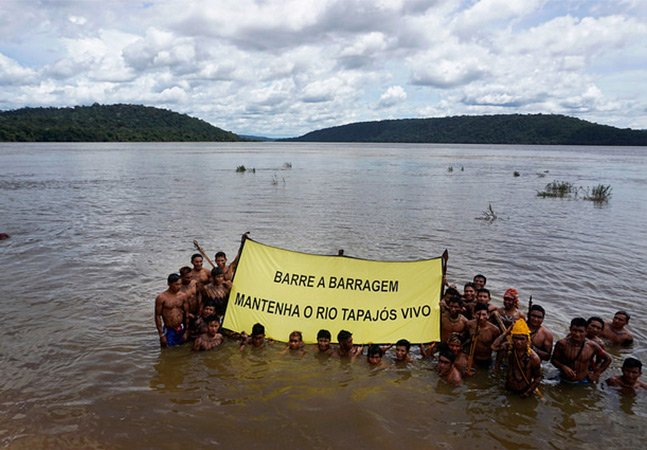 Como os índios Munduruku estão  protestando para impedir a construção  de 43 hidrelétricas no Rio Tapajós