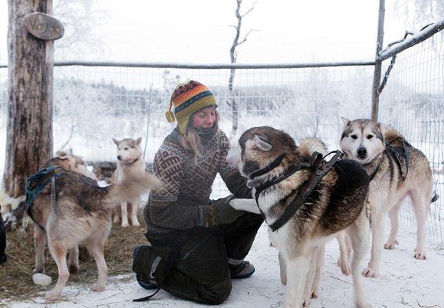 Fotógrafo documenta a vida da jovem que abdicou de bens materiais para criar cães de trenó na Finlândia