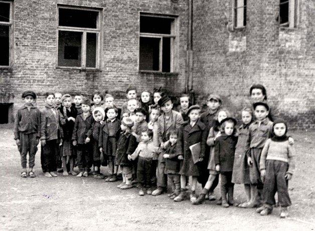 Algumas das crianças prisioneiras do gueto de Varsóvia