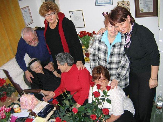 """Irena com algumas das """"crianças"""" que salvou do Holocausto"""