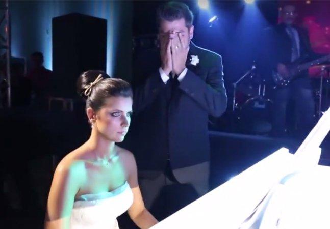 Noiva surpreende tocando Iron Maiden ao piano e emociona noivo metaleiro