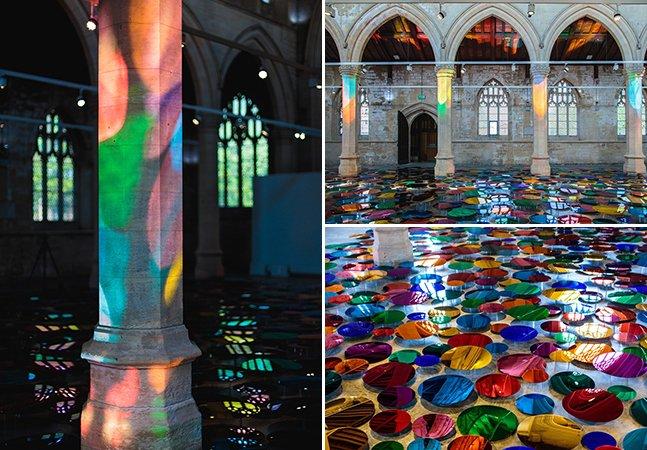 Artista cria instalação que transforma chão de igreja em incrível piscina reflexiva e multi-colorida