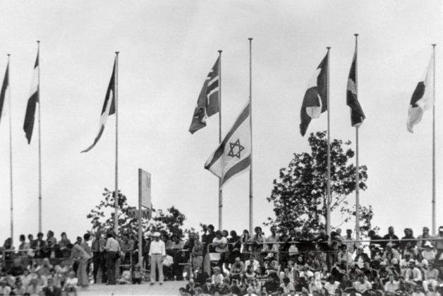 A bandeira de Israel, a meio pau, na cerimônia em tributo aos mortos no ataque