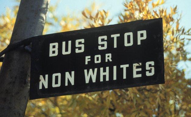"""Placa na África do Sul regida pelo apartheid: """"Ponto de ônibus para não-brancos"""""""