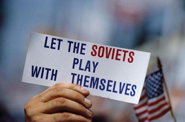 """A frase de duplo sentido no cartaz """"Deixe os soviéticos disputarem (brincarem) sozinhos"""""""