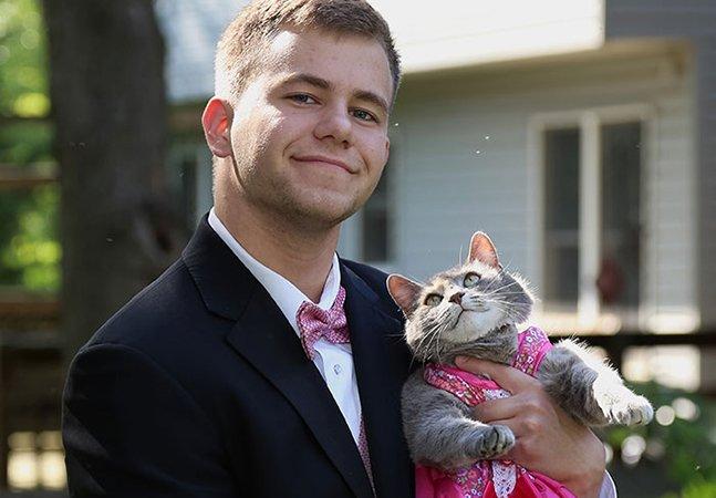 Jovem que não tinha com quem ir à formatura leva sua gata e os dois roubam a cena na gala